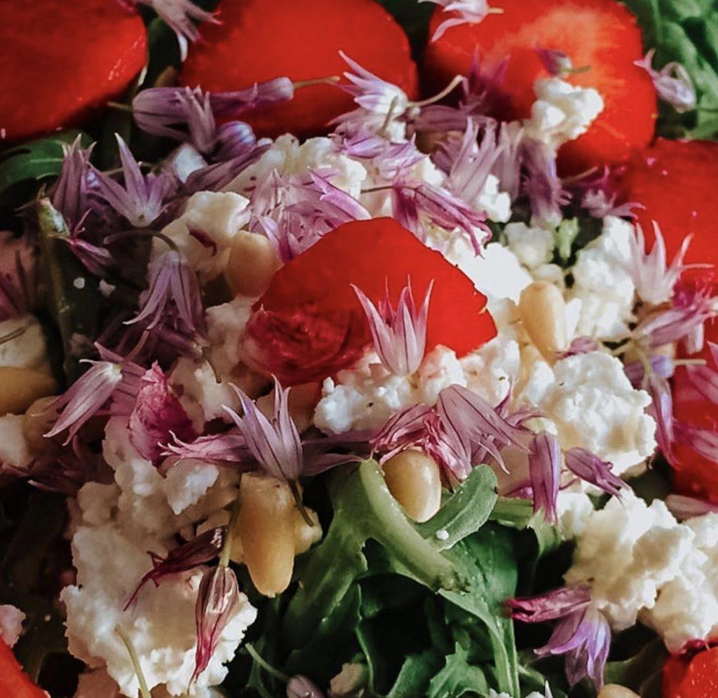 Schnittlauchblüten im Salat als Dekoration